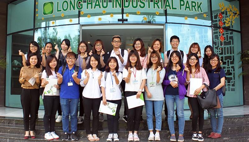 Đoàn sinh viên Đại học Huflit tham quan Khu công nghiệp Long Hậu