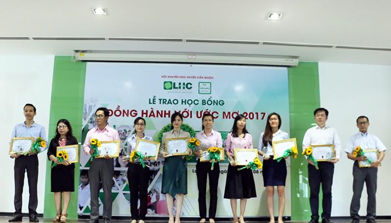 Ban Khuyến học Công ty CP Long Hậu trao học bổng Đồng hành với ước mơ lần thứ 10 - năm 2017